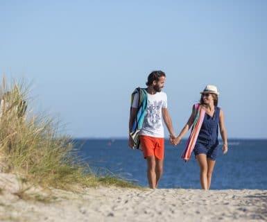 Couple sur la plage à Carnac